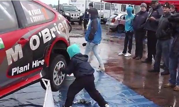 Ο λιλιπούτειος μηχανικός αυτοκινήτων! (βίντεο)