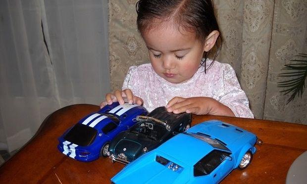 Η κόρη μου παίζει με αγορίστικα παιχνίδια, όπως αυτοκινητάκια, μπάλα και θέλει να συμμετέχει σε ομάδες αγοριών, μήπως πρέπει να ανησυχώ;