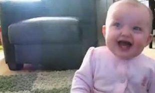 Τι κάνει ένα μωράκι όταν βλέπει τον σκύλο του να τρώει ποπ κορν; Δείτε το βίντεο που σαρώνει στο διαδίκτυο!