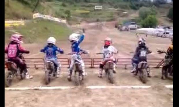 Λαχτάρα! Ο μικρός μοτοκροσάς ανυπομονεί να ξεκινήσει ο αγώνας! (βίντεο)