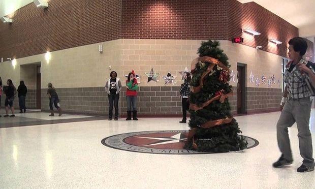 Το χριστουγεννιάτικο δέντρο κινείται και σκορπίζει τον τρόμο! Το βίντεο που σαρώνει!