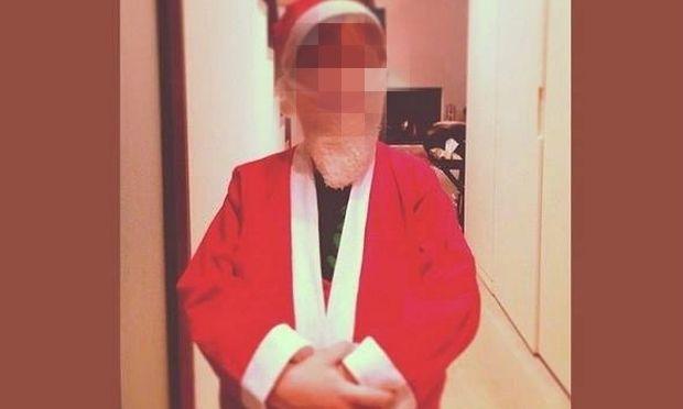 Ντύθηκε Αγιο Βασιλάκι για να κάνει έκπληξη στους γονείς του! Ποιος είναι; (εικόνες)