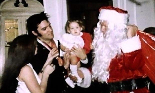 Oταν ο Ελβις γιόρταζε με την κόρη του τα Χριστούγεννα στην Graceland (εικόνες)