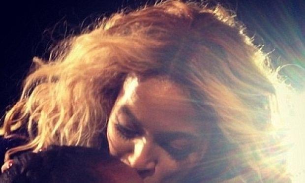 Ποια κόρη πασίγνωστης σταρ φιλάει η Μπιγιονσέ; (εικόνα)