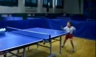 Η πιο μικρή αθλήτρια πινγκ πονγκ! Δείτε το απίστευτο βίντεο