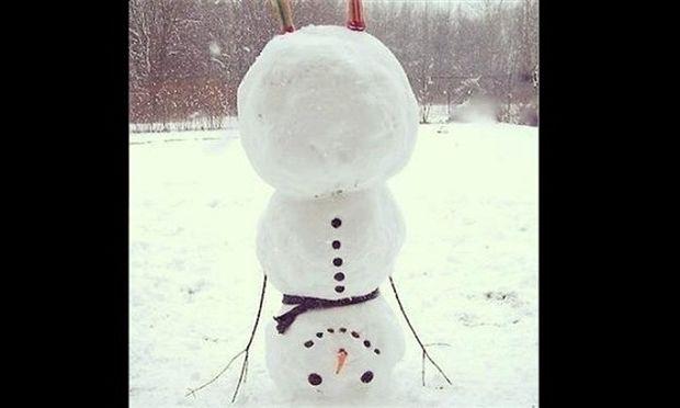 Ποιος διάσημος τραγουδιστής έφτιαξε ανάποδο χιονάνθρωπο με τα παιδιά του! Τι συμβολίζει; (εικόνα)