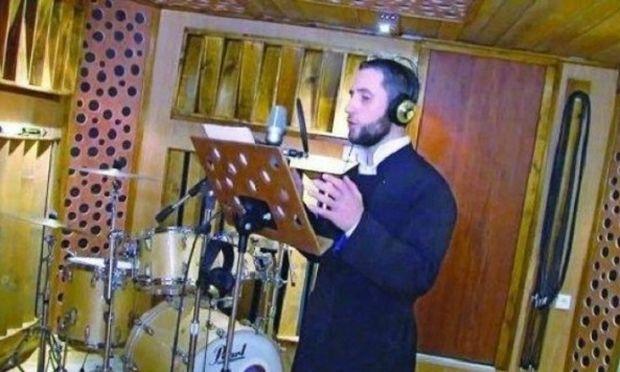 Συγκινεί ο ιερέας που τραγουδά για τα παιδιά με καρκίνο (βίντεο)