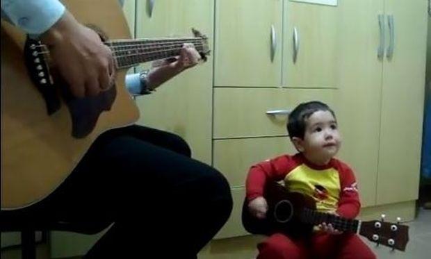 Ο μεγαλύτερος φαν των Beatles είναι μόλις 2 ετών και παίζει το Don't let me down (βίντεο)