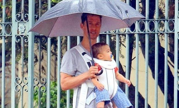 Ο τρυφερός μπαμπάς Μάθιου ΜακΚόναχι σε χριστουγεννιάτικη βόλτα με τον γιο του! (εικόνες)
