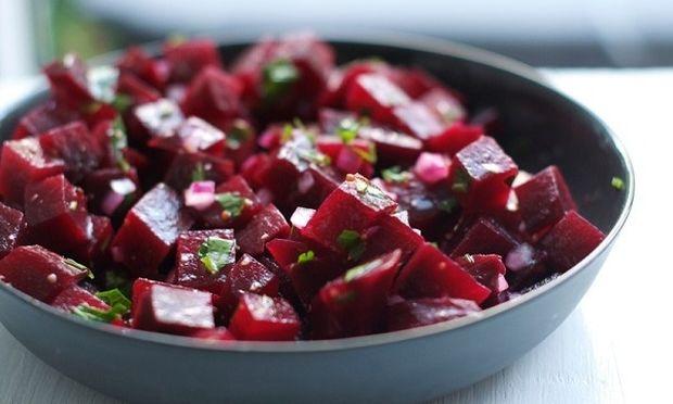Συνταγές για τρεις πεντανόστιμες σαλάτες με παντζάρια
