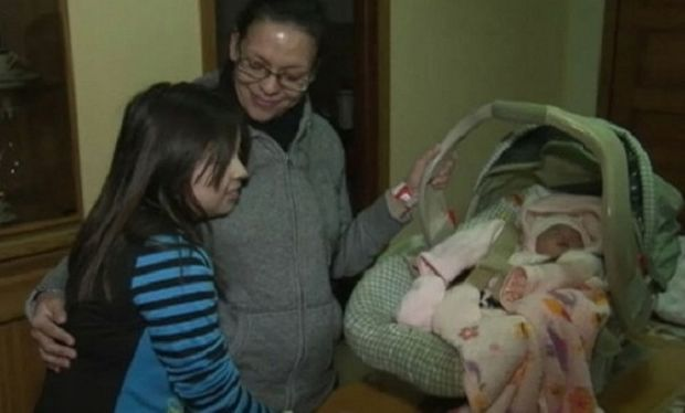 Εννιάχρονη έγινε μαία στον πρόωρο τοκετό της μαμάς της! (βίντεο)