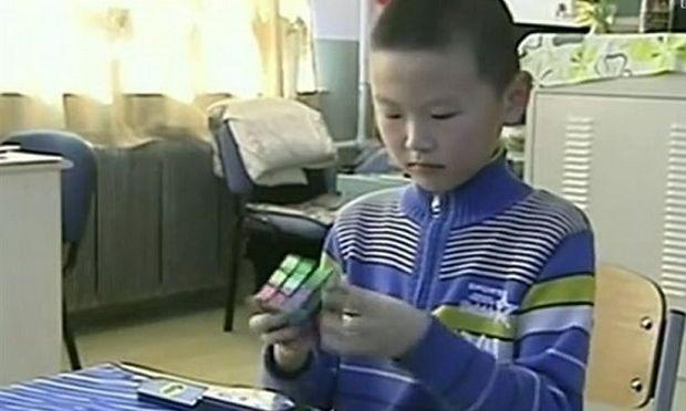 Ο 9χρονος που «έλυσε» τον κύβο του Ρούμπικ σε 11 δευτερόλεπτα! (βίντεο)