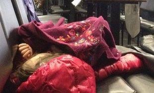 Το παιδάκι κοιμάται και ο διάσημος μπαμπάς του κάνει πρόβες! (εικόνα)