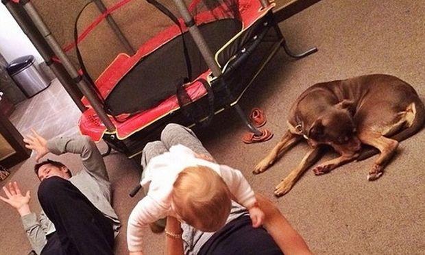 Η ώρα του παιχνιδιού! Μαμά και κόρη παίζουν στο πάτωμα! (εικόνα)