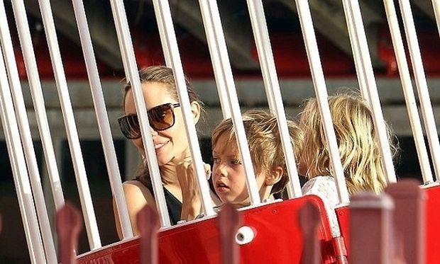 Η Αντζελίνα Τζολί στο λούνα παρκ μαζί με τα δίδυμάκια της (φωτογραφίες+βίντεο)
