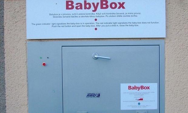 Συγκλονιστικό: Βλέπετε αυτό το κουτί; Εδώ αφήνουν τα παιδάκια τους (βίντεο)