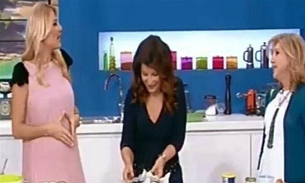 Φαίη Σκορδά: Την ώρα που τρώει, το μωρό κουνιέται στην  κοιλιά της! (βίντεο)