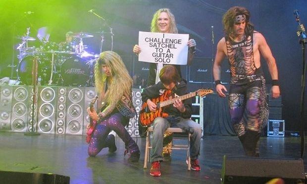 Ο 11χρονος άσος στην ηλεκτρική κιθάρα! «Έδιωξε» τον κιθαρίστα γνωστού συγκροτήματος (βίντεο)