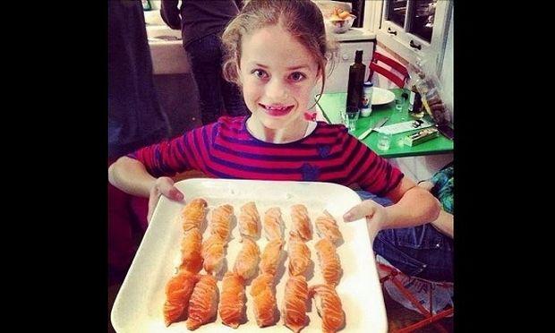 Η μικρή κατάξανθη γαλανομάτα έχει μαμά μία από τις πιο μεσογειακές Ελληνίδες! (εικόνες)