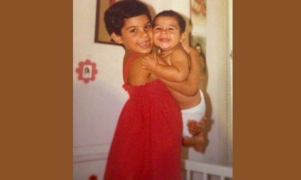 Κρατάει στην αγκαλιά τον αδελφό της και τώρα περιμένει το δικό της μωράκι! (εικόνες)