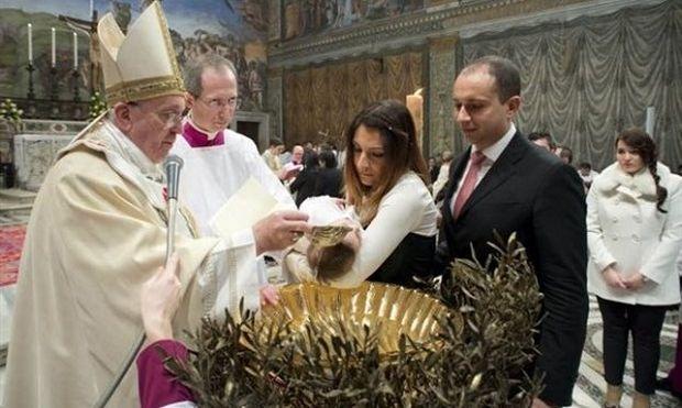 Ο Πάπας βάφτισε μωρό εκτός θρησκευτικού γάμου και προέτρεψε τις μητέρες να θηλάσουν την ώρα του μυστηρίου!