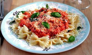 Συνταγή για νόστιμες φαρφάλες με ντομάτα, λεμόνι και αρωματικά