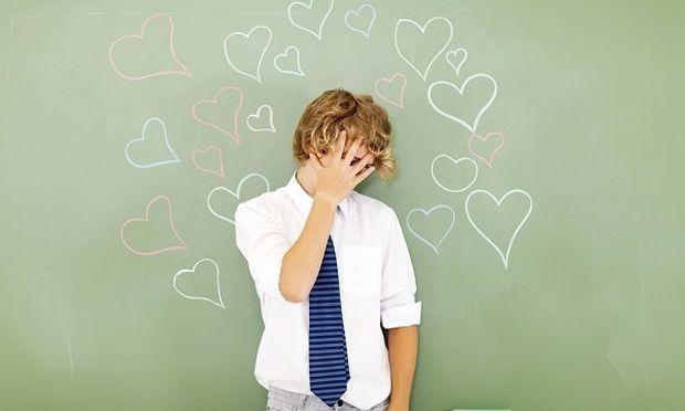 Ο έφηβος γιος μου, πιστεύει ότι δεν αρέσει στα κορίτσια και ντρέπεται να τα πλησιάσει. Μπορώ να τον βοηθήσω;
