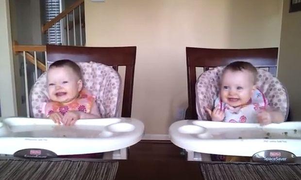 O μπαμπάς τραγουδάει και τα διδυμάκια χορεύουν σαν τρελά! (βίντεο)