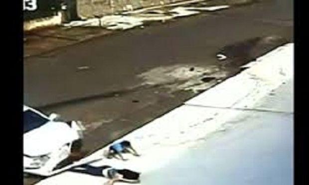 Απίστευτο: Αυτοκίνητο περνά πάνω από γιαγιά και παιδί! Δεν έπαθαν τίποτα! (βίντεο)