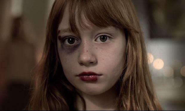 «Από μαμά σε κόρη»... Η νέα συνταρακτική καμπάνια για την ενδοοικογενειακή βία (βίντεο)