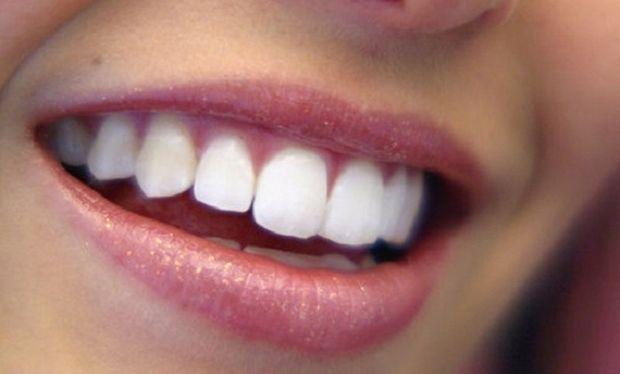 Δύο σπιτικές «συνταγές» για πιο λευκά δόντια!