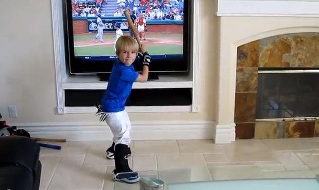 Το νέο ταλέντο του μπέιζμπολ είναι τεσσάρων χρονών και το ανακάλυψε ο Ανταμ Σάντλερ! (βίντεο)