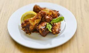 Συνταγή από το Γιώργο Γεράρδο για λαχταριστές φτερούγες κοτόπουλο με γλυκόξινο ελληνικό Barbeque