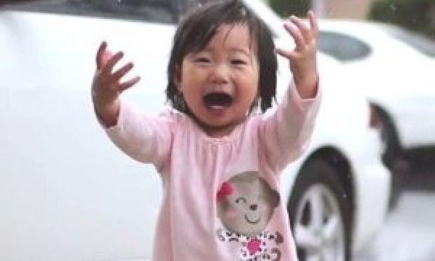 Το κοριτσάκι ανακαλύπτει τη βροχή κι εγώ χαμογελώ από συγκίνηση… (βίντεο)