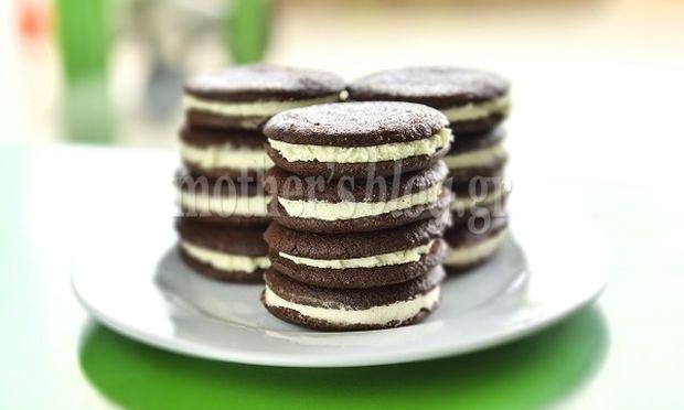 Συνταγή για φανταστικά γεμιστά μπισκότα σοκολάτας με κρέμα βανίλια από τον Γιώργο Γεράρδο