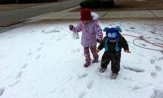 Ο υπέροχος μπαμπάς που έφτιαξε… χιόνι για χάρη των παιδιών του! (εικόνες)