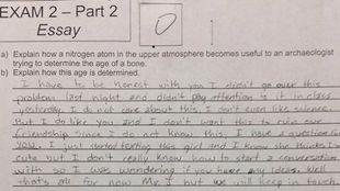 Αντί να απαντήσει στο διαγώνισμα, ζητούσε συμβουλές από τον δάσκαλό του για το κορίτσι που αγαπά