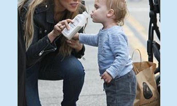 Πασίγνωστη ηθοποιός έβγαλε το μπιμπερό στη μέση του δρόμου και τάισε το μωρό της!(εικόνες)