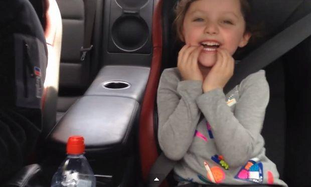 «Μη το πεις στη μαμά». Κοριτσάκι ζητάει από τον μπαμπά να οδηγήσει γρήγορα! (βίντεο)