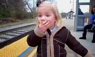 Η απίστευτη αντίδραση ενός μικρού κοριτσιού μόλις βλέπει το τρένο να έρχεται! (βίντεο)