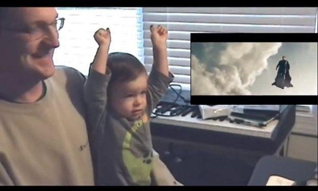 Η χαριτωμένη αντίδραση μωρού όταν βλέπει για πρώτη φορά τον Σούπερμαν να πετά! (βίντεο)