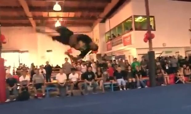 Ο έφηβος που κάνει εντυπωσιακές κινήσεις καλύτερα και από το Matrix (βίντεο)