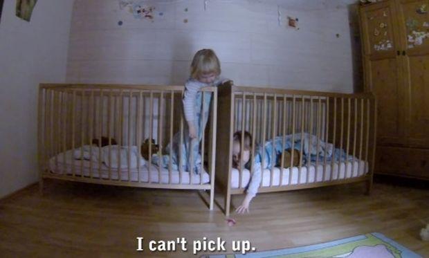 Η απίστευτη «επιχείρηση» αυτών των δίδυμων μωρών για να πιάσουν την πιπίλα τους! (βίντεο)