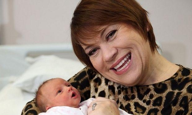Γέννησε στα 50 της παρόλες τις προειδοποιήσεις των γιατρών και τώρα θέλει να ξαναμείνει έγκυος (φωτογραφίες)