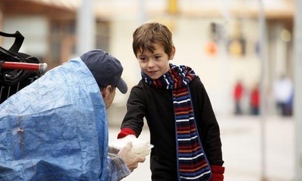 Μαθητές δημοτικού προσφέρουν φαγητό από το οικογενειακό τους γεύμα σε συσσίτια