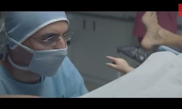 Το μωρό βγήκε από την κοιλιά της μαμάς του και άρπαξε το tablet του μπαμπά του! (βίντεο)