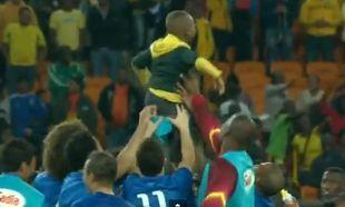 Αγοράκι μπήκε στο γήπεδο και την ώρα που το έβγαζαν έξω, το πήραν στα χέρια τους οι παίκτες! (βίντεο)