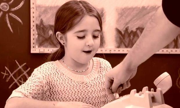 Σημερινά παιδιά VS σταθερό τηλέφωνο με καντράν! Δείτε τις απίστευτες αντιδράσεις τους! (βίντεο)