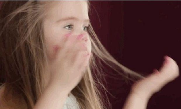 Συγκινητικό! 3χρονη έκοψε τα μαλλιά της και τα έδωσε σε παιδιά με καρκίνο (βίντεο)