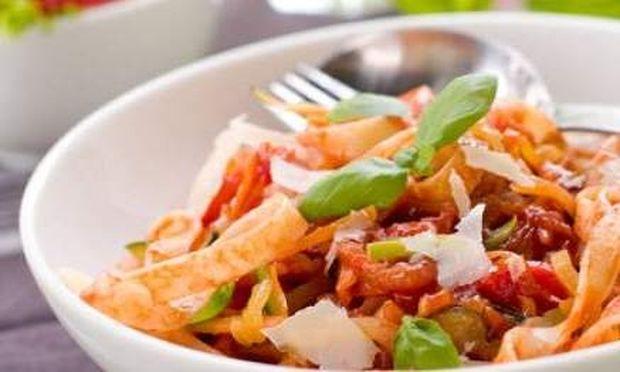 Συνταγή για ταλιατέλες με κόκκινη σάλτσα και θράψαλα έτοιμα σε λιγότερο από 30 λεπτά